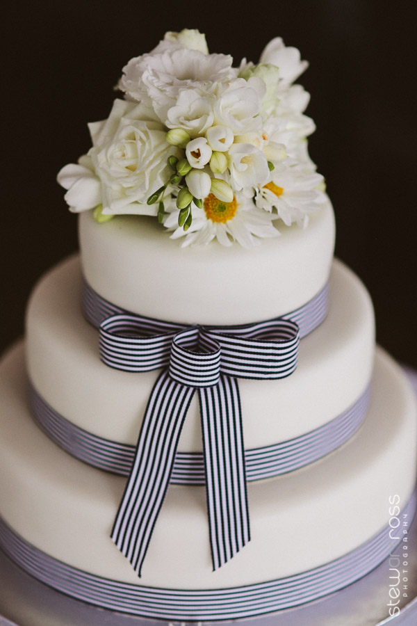 Photography: Stewart Ross Photography. Wedding cake: Bonnie's Cakes & Kandies