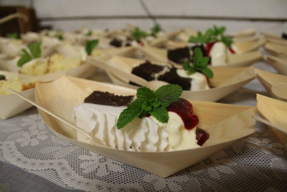 Two flavours of wedding cake served up by SafeHands Catering in bamboo boats with fresh cream, mint, and fruit garnish. Photo credit: SafeHands Catering.