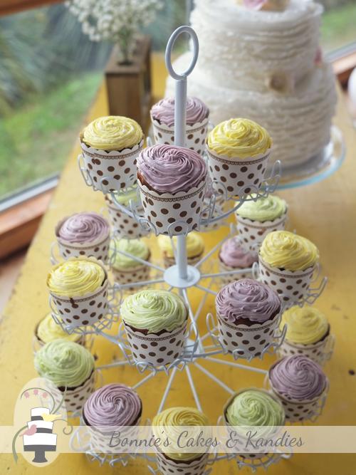 Kenilworth Homestead wedding cake and cupcakes
